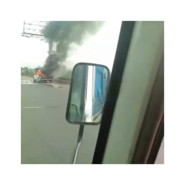 Vehicle conveying a corpse, catches fire along Lagos-Ibadan expressway